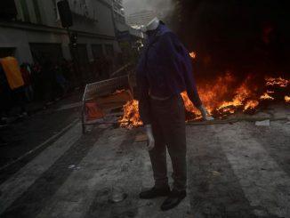 Ruas são incendiadas durante protestos no Chile 28/10/2019 REUTERS/Juan Gonzalez